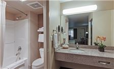 Hawthorn Suites by Wyndham Napa Valley Room - Bathroom
